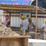 Operários trabalham em Nova Iguaçu