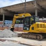 Retroescavadeira prepara o terreno em Nilópolis